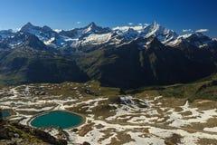 Vista della catena montuosa delle alpi con il lago a Zermatt Fotografie Stock