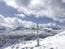 Vista della catena montuosa di Dachstein con un incrocio fotografia stock libera da diritti