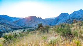 Vista della catena montuosa di estate ad alba nel Kazakistan del sud video d archivio