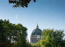 Vista della cattedrale dalla fontana di Nettuno fotografie stock libere da diritti