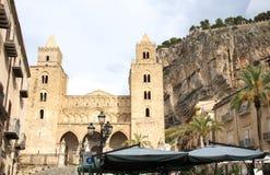 Vista della cattedrale del ` s di Cefalu e della roccia Rocca di Cefalu, Sicilia, Italia Immagini Stock Libere da Diritti