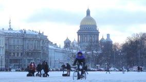 Vista della cattedrale della st Isaac nella neve nell'inverno stock footage