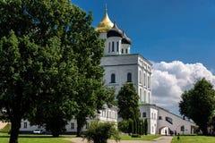 Vista della cattedrale della trinità del Cremlino di Pskov di estate Fotografia Stock