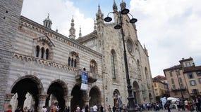 Vista della cattedrale di Como, Di Santa Maria Assunta, cattedrale gotica del cattedrale con la cupola con i turisti, Como, Itali fotografia stock