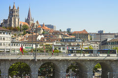 Vista della cattedrale di Losanna sopra il ponte di estate Immagini Stock Libere da Diritti
