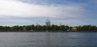 Vista della cattedrale di Smolny a St Petersburg dall'argine di Sverdlovskaya Il fiume di Neva nella priorità alta fotografie stock