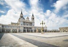 Vista della cattedrale di St Mary il reale di La Almudena Immagini Stock