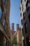 Vista della cattedrale Frauenkirche a Monaco di Baviera, Germania, da una stradina fotografie stock libere da diritti