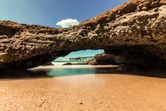 Vista della caverna della spiaggia del pilastro distante immagine stock