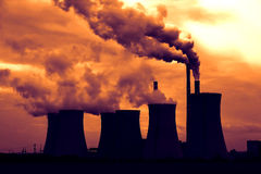 Vista della centrale elettrica di fumo del carbone al tramonto Immagini Stock