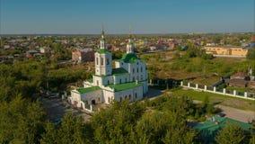 Vista della chiesa da una vista dell's-occhio del ` dell'uccello archivi video