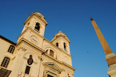 Vista della chiesa del dei Monti di Trinita. Roma immagini stock