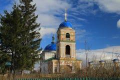 Vista della chiesa del villaggio immagini stock libere da diritti