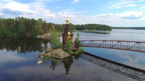 Vista della chiesa dell'apostolo Andrew sul fiume Vuoksa Regione di Leningrado, Russia stock footage