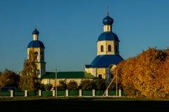 Vista della chiesa di Petropavlovskaya nella caduta in Yasenevo al tramonto immagine stock libera da diritti