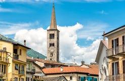 Vista della chiesa di Sant Ambrogio nel centro storico di Omegna, Piemonte, Italia fotografia stock libera da diritti