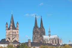 Vista della chiesa e della cattedrale attraverso il Reno fotografia stock