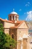 Vista della chiesa greca tipica con il tetto rosso classico, Grecia Fotografia Stock