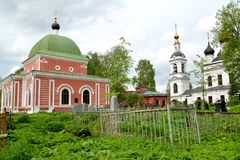 Vista della chiesa in onore di grande martire Georges il 1885 vittorioso e della chiesa in onore dell'ascensione 1811 Rybinsk, Ya fotografie stock