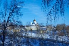 Vista della chiesa ortodossa dalla cima della collina nell'inverno Fotografia Stock