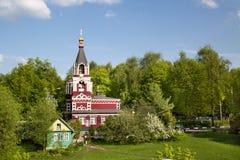 Vista della chiesa ortodossa Paraskeva Friday in primavera immagini stock