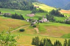 Vista della chiesa tradizionale in dolomia, alpi italiane Immagini Stock
