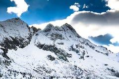 Vista della cima di una montagna coperta di neve Immagine Stock