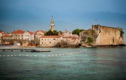 Vista della città antica della spiaggia con le alte pareti di pietra Immagini Stock Libere da Diritti