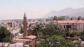 Vista della città araba da una moschea, la città araba vicino al mare, il minareto nella città araba, il musulmano, la città musu video d archivio