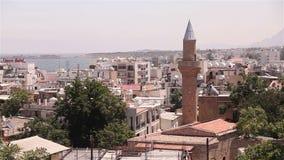 Vista della città araba da una moschea, la città araba vicino al mare, il minareto nella città araba, il musulmano, la città musu stock footage