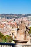 Vista della città Barcellona dalla montagna Montjuic con una statua nella priorità alta Immagine Stock Libera da Diritti