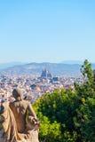 Vista della città Barcellona dalla montagna Montjuic con una statua nella priorità alta Fotografia Stock