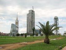 Vista della città con le alte costruzioni moderne piacevoli Fotografia Stock