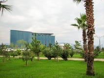 Vista della città con le alte costruzioni moderne piacevoli Immagini Stock
