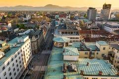 Vista della città con un viale Fotografia Stock