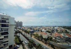 Vista della città contro il mare fotografie stock libere da diritti