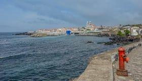 Vista della città costiera di San Miguel sull'isola di Terceira immagine stock