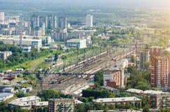 Vista della città da un'altezza, una stazione ferroviaria ed i vagoni ed i treni del trasporto fotografia stock libera da diritti