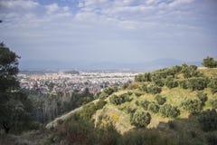 Vista della città dalla montagna fotografie stock libere da diritti