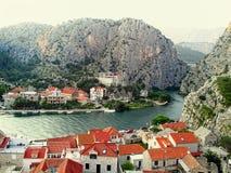 Vista della città dalmata di Omish e del fiume La Croazia Immagine Stock