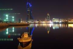Vista della città della Bahrain nella notte Fotografia Stock Libera da Diritti
