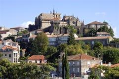 Vista della città della città della montagna con la cattedrale famosa Tui Immagini Stock Libere da Diritti