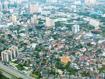 Vista della città della Malesia con i bungalow e la strada principale Immagine Stock Libera da Diritti