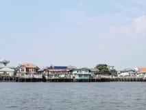 Vista della città della riva del fiume di vecchie case variopinte immagine stock libera da diritti