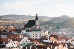 Vista della città delle case e della chiesa della st Vitus in Cesky Krumlov in repubblica Ceca La chiesa è una del Immagini Stock Libere da Diritti
