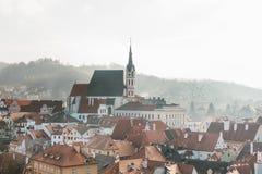 Vista della città delle case e della chiesa della st Vitus in Cesky Krumlov in repubblica Ceca La chiesa è una del Immagine Stock