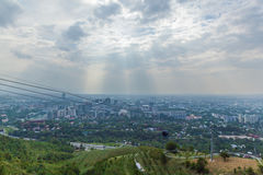 Vista della città di Almaty dalla collina di Koktobe Immagine Stock