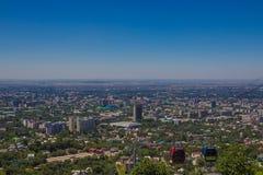 Vista della città di Almaty dalla collina di Koktobe e dalla cabina della cabina di funivia, Kazak Fotografia Stock
