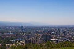 Vista della città di Almaty dalla collina di Koktobe, il Kazakistan Fotografia Stock