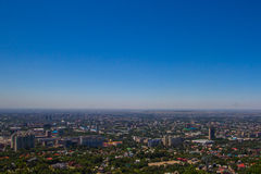 Vista della città di Almaty dalla collina di Koktobe, il Kazakistan Fotografie Stock